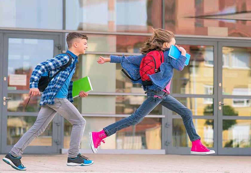 Ragazzi alle scuole scuole medie possono tornare da soli come i due ragazzi di questa foto - vedodoppio.com