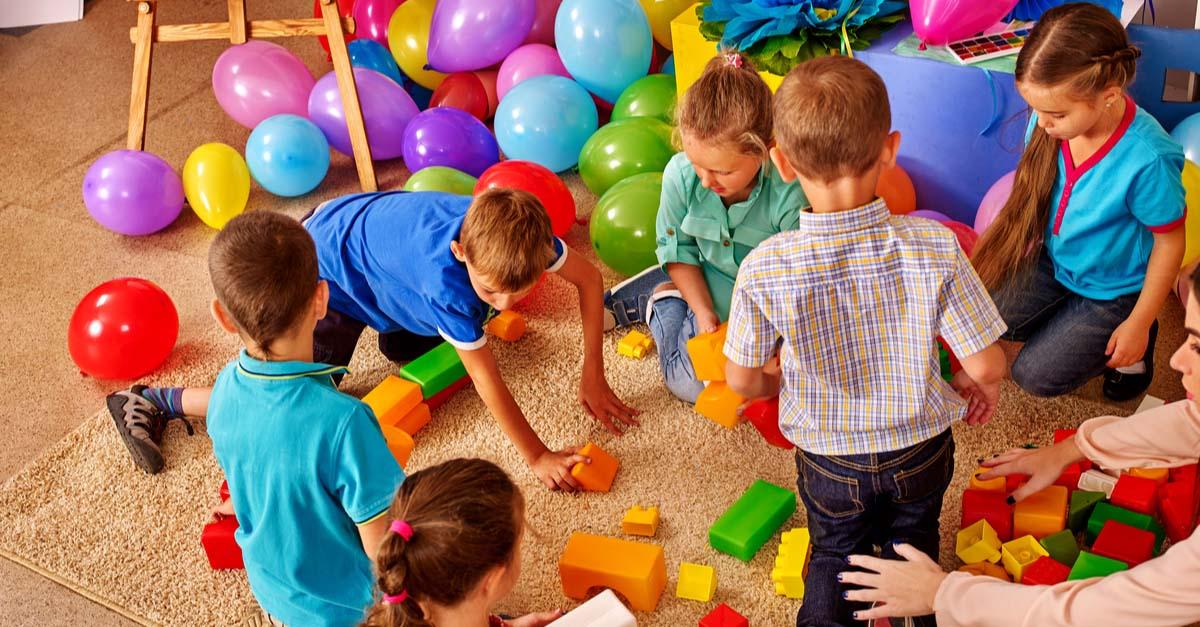 Giochi fra bambini e gemelli alla scuola materna - Vedodoppio.com