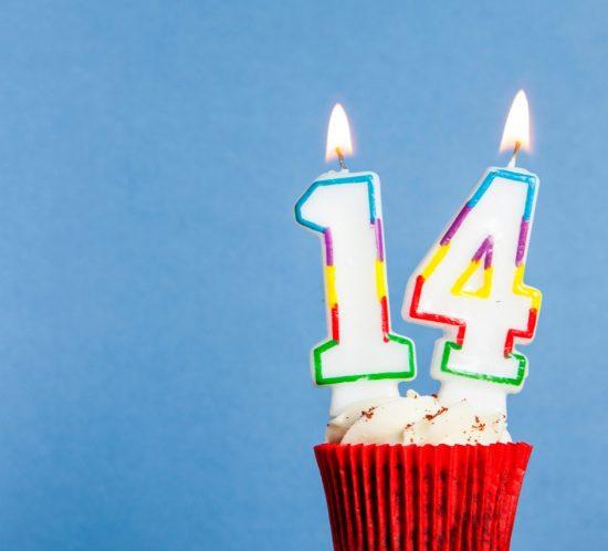 Auguri di compleanno per gemelli di quattordici anni.